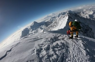 In this photo taken on May 17, 2018, mountaineers make their way to the summit of Mount Everest, as they ascend on the south face from Nepal. (Photo by Phunjo LAMA / AFP)