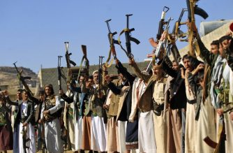 Armed Yemeni men brandish their weapons as they gather in the capital Sanaa to show their support to the Shiite Huthi movement against the Saudi-led intervention, on December 13, 2018. - UN chief Antonio Guterres announced today a series of breakthroughs in talks with rivals in the Yemen conflict, including a ceasefire for a vital port. (Photo by Mohammed HUWAIS / AFP)