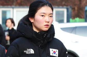 This photo taken on December 17, 2018 shows South Korean Olympic short track champion Shim Suk-hee outside the Suwon District Court in Suwon, south of Seoul. - Double Olympic gold medallist Shim Suk-hee broke down in tears as she told a South Korean court of the years of abuse she suffered at the hands of her coach. (Photo by YONHAP / YONHAP / AFP) / - South Korea OUT / REPUBLIC OF KOREA OUT - NO ARCHIVES -  RESTRICTED TO SUBSCRIPTION USE