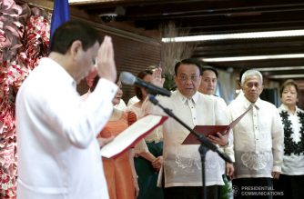 President Rodrigo  Duterte administers the oath of office to newly-appointed Supreme Court Chief Justice Lucas Bersamin during a ceremony at the Malacañan Palace on December 04, 2018. SIMEON CELI JR./PRESIDENTIAL PHOTO