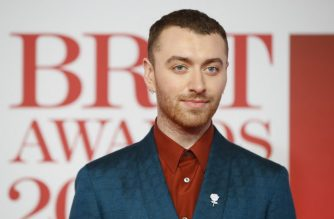 British singer-songwriter Sam Smith poses on the red carpet on arrival for the BRIT Awards 2018 in London on February 21, 2018. (Photo by Tolga AKMEN / AFP) / RESTRICTED TO EDITORIAL USE – NO POSTERS – NO MERCHANDISE– NO USE IN PUBLICATIONS DEVOTED TO ARTISTS