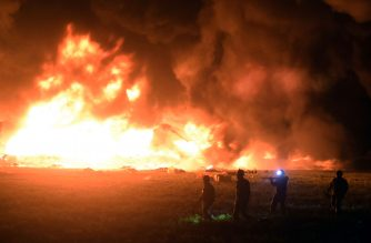 Flames burn at the scene of a massive blaze trigerred by a leaky pipeline in Tlahuelilpan, Hidalgo state, on January 18, 2019. - An explosion and fire has killed at least 66 people who were collecting fuel gushing from a leaking pipeline in central Mexico, the Hidalgo state governor said on Saturday. (Photo by FRANCISCO VILLEDA / AFP)