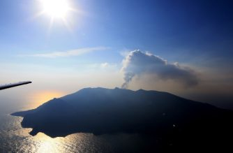 An aerial view taken on May 29, 2015 shows smoke rising from Mount Shindake on Kuchinoerabu island in the Kagoshima prefecture of Japan's southern island of Kyushu. A violent volcanic eruption in southern Japan forced the evacuation of an island, as a huge column of ash was shot high into the sky.     JAPAN OUT       AFP PHOTO / JIJI PRESS (Photo by JIJI PRESS / JIJI PRESS / AFP)