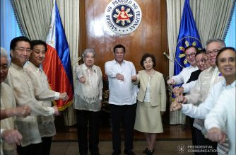 President Rodrigo Duterte strikes his signature pose with members of the Japan House of Councillors together with their President Chuichi Date and his spouse Yuko who paid a courtesy call on the President at the Malacañan Palace on January 8, 2018. Also in the photo are members of President's cabinet. KING RODRIGUEZ/PRESIDENTIAL PHOTO