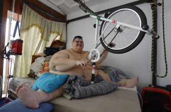 Mexican Juan Pedro Franco, the heaviest man in the world according to the Guinness World Records in 2017 with a weight of 595 kilograms, exercises at his house in Guadalajara, Jalisco state, Mexico on February 17, 2018.  Franco, 33, lost 250 kilograms after undergoing a medical treatment which included two surgeries and now dreams of being able to walk again. / AFP PHOTO / ULISES RUIZ