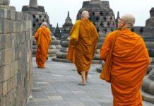 Borobudur tapınağı ve rahipler