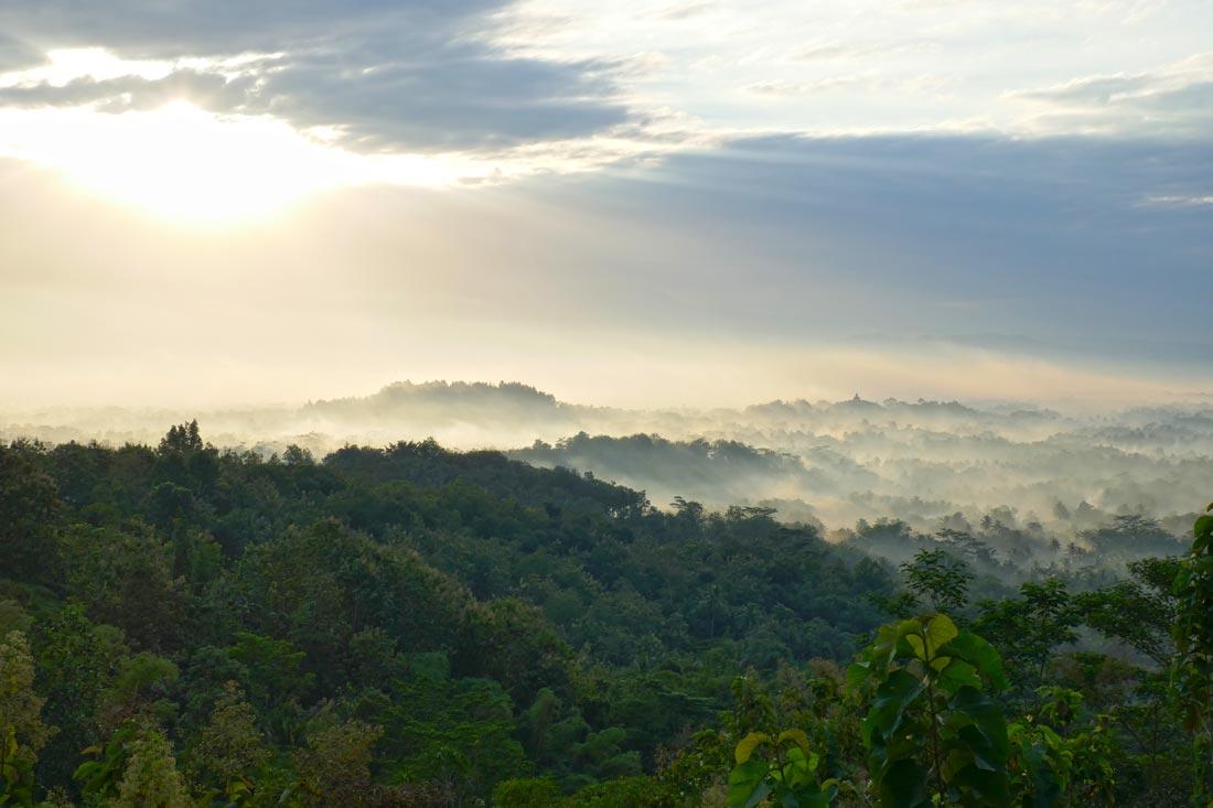Borobudur üzerinden gün doğumu