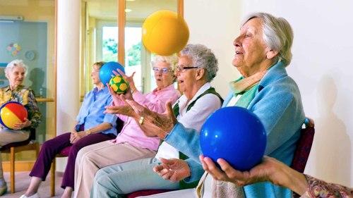 高齢者が椅子に座ってできる高齢者向けボール体操をご紹介!