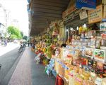 カット・トゥーン ベンタン市場の裏を歩きましょう。果物屋と雑貨屋が並んでいます。ここはレタントン通りです。