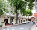 デリス コンチネンタルホテルの脇を通り、市民劇場の裏手に回ります