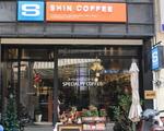 シンコーヒー(グエンティエップ通り店) 斜め向かい左手に見えるコーヒーショップが「シン・コーヒー」です