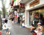 ロイヤル・フットマッサージ 雑貨店が並ぶドンコイ通りを歩きます