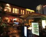 デリス このレストラン街の一角。「CAGE」というタパス・バーのお店の奥の階段を上がった先です。店頭にはデリスの看板が出ています。