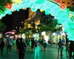 アオザイ・ショー 中央道路の両脇にはホテルやレストランなどが並んでいます。右側を歩きましょう。