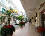 ラピデム 雑貨通りとは逆側を歩きます。右手のコンチネンタルホテルに沿って歩きましょう。
