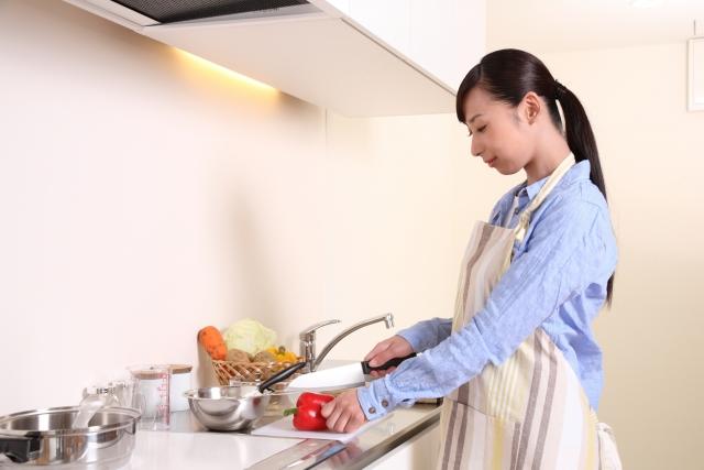 生活援助で食事の準備をしている介護職員