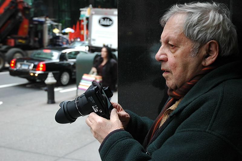 《東57丁目41番地で撮影するソール・ライター、2010年》  (撮影:マーギット・アーブ) ⒸSaul Leiter Estate