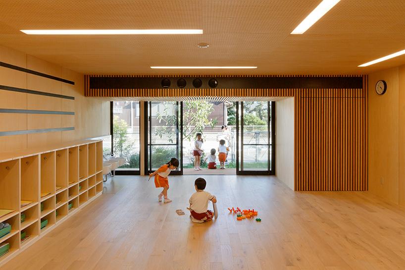 HIBINOSEKKEI-youji-no-shiro-OA-kindergarten-shipping-containers-saitama-japan-designboom-08
