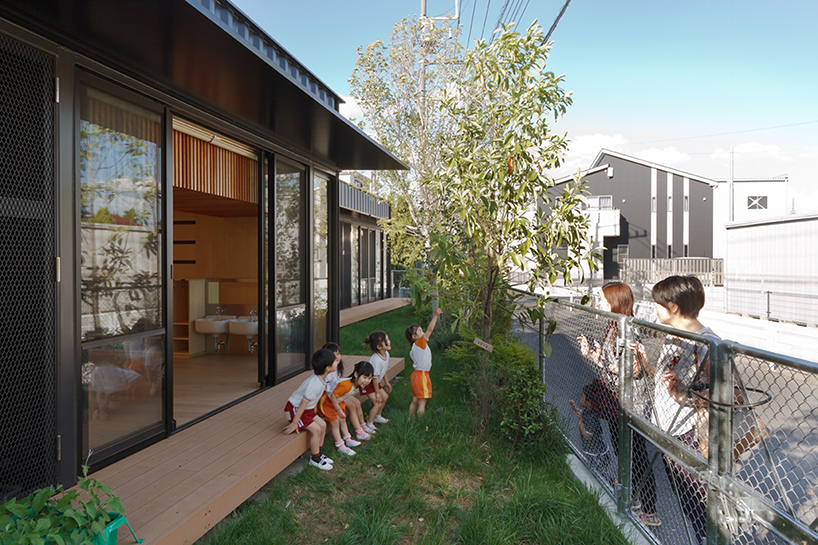HIBINOSEKKEI-youji-no-shiro-OA-kindergarten-shipping-containers-saitama-japan-designboom-10