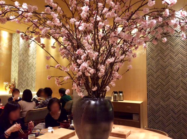 桜の花が飾られたお店