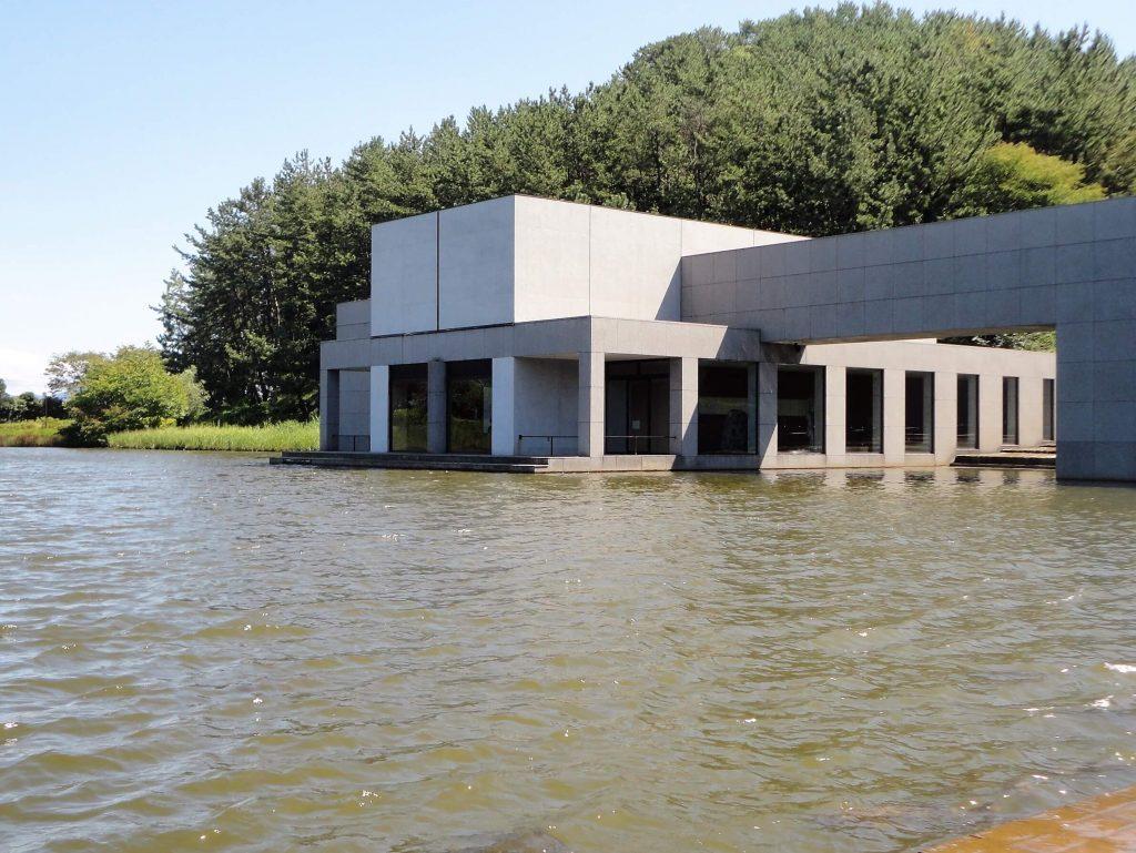 池に浮かぶ土門拳記念館
