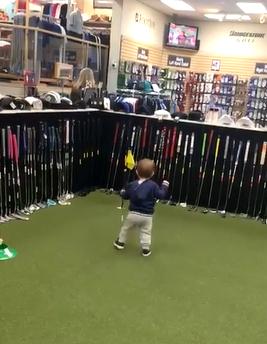 赤ちゃんがヨチヨチ歩きでボールに近づき…