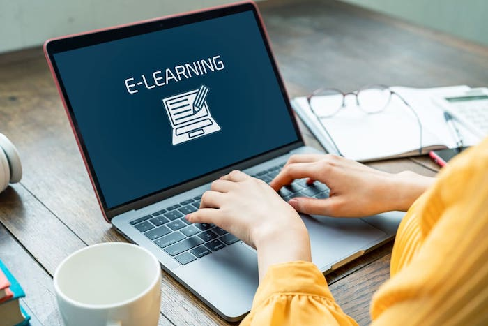 eラーニングのメリットとデメリットを學習側と企業側の2つの視點で紹介
