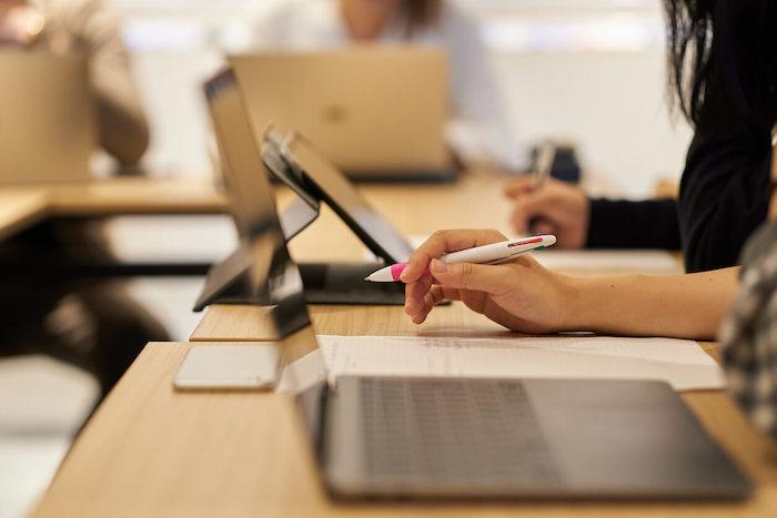 新人研修にeラーニングがおすすめな理由と役立つ授業を紹介