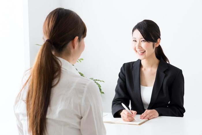 傾聴力とは?ビジネスコミュニケーションで活かすコツとスキルアップのポイントについて