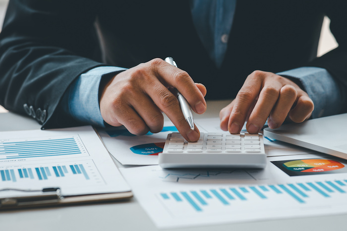 年俸制とは?外資系企業で一般的な給與制度のメリットや注意點を解説