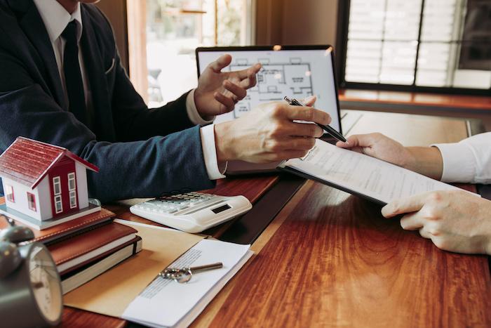 雇用契約書とはどんな書類?記載內容や注意點などを徹底解説