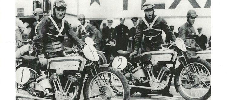 1930年代、ハスクバーナー製バイクがレースに出走する様子