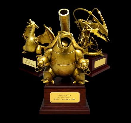 これまでに日本国内で行われた「リザードンメガバトル」「レックウザメガバトル」「カメックスメガバトル」のトロフィー。これらを目指して戦ってきた選手たちが次に目指すのは、世界チャンピオンの称号です。