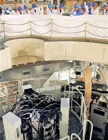 廃炉作業に向け原子炉容器上部の装置を確認する原子力規制委員会の安全監視チームメンバー=13日、福井県敦賀市のもんじゅ