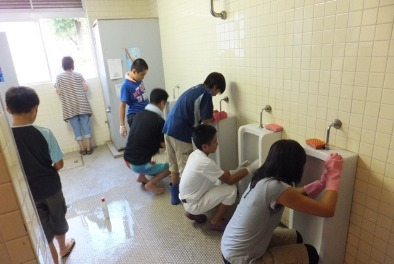 Japanese kids cleaning schools