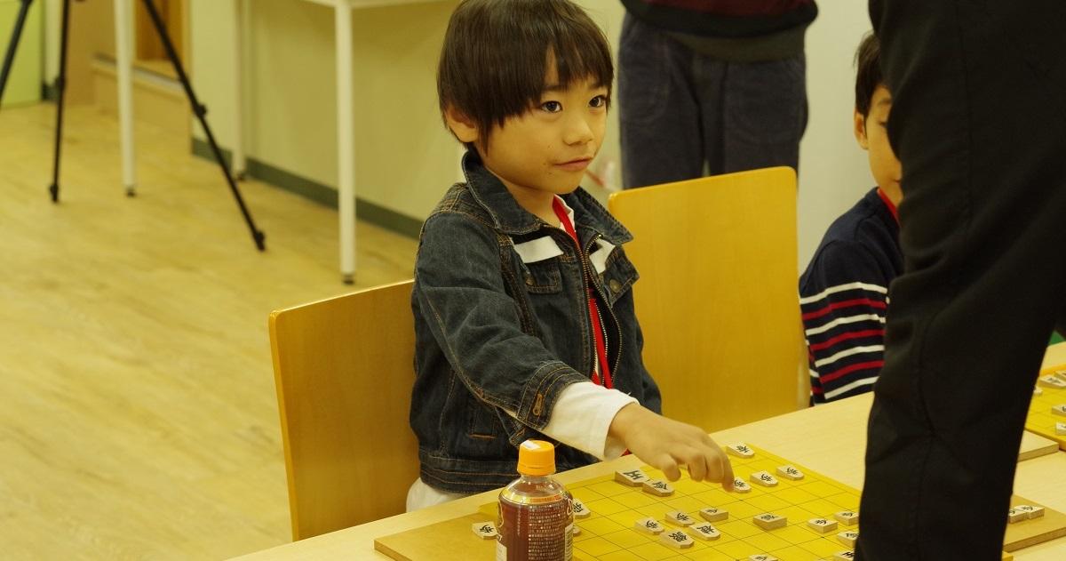 少人数制・レベルに合わせたきめ細かい指導の「こども将棋教室」。将棋が大好きになる「成功体験」とは?