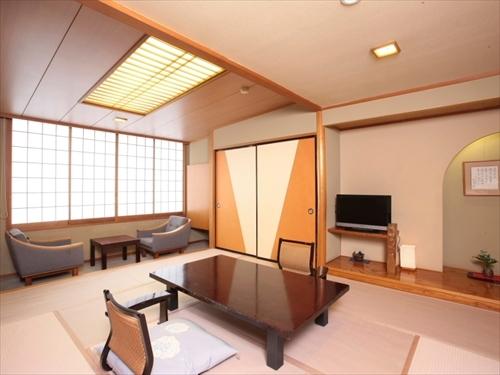 本館にある基本的な10畳の和室。一部のお部屋は湯畑眺望あり