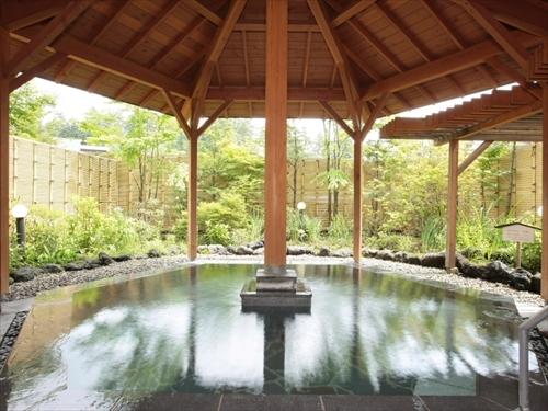 露天風呂『石庭』 東屋風の六角屋根と小さな庭園風のしつらえ