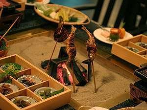 炭火焼き料理プラン『囲炉裏で炙った、地産の旬の味覚に舌鼓!』レトロな雰囲気で食事を楽しむ≪2食付き≫