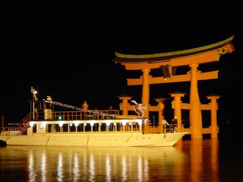 【夕食は和食会席料理】世界遺産宮島の大鳥居を海上参拝♪大人気ナイトクルーズの乗船券付!宿泊プラン♪