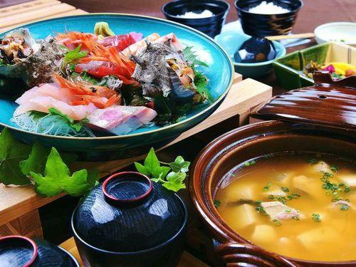 【お部屋食・サザエ付】磯の香りが漂う伊豆季節のお造りと特製お味噌汁セット