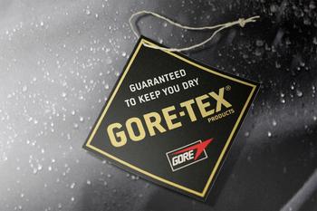 「Gore-Tex」は、アメリカのWLゴア&アソシエイツ社が製造販売する防水透湿素材の商標名です。1平方センチメートルあたり14億個の微細な孔を設けることにより「水蒸気は通すが雨や水滴は通さない」という防水性と透湿性の相矛盾する性能を実現している素材です。  ただしその構造により、Gore-Texを保護する生地の撥水性が落ちて水の膜に覆われたり完全に水没したりしている状態では、孔が水で塞がれ透湿性が損なわれるので注意が必要です。