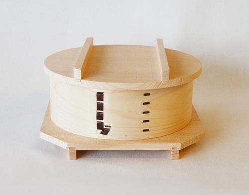 サイズ:Ø17.5 / H6 (cm) 素材:蓋・台座 /栂 すのこ/竹 胴体/檜 留め/桜皮 セット内容:身1点・ふた・台座・すのこ
