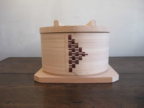 サイズ:内寸直径約19.5cm、本体高さ11cm 土台から蓋まで15cm 素材:杉 セット内容:身1点・ふた・竹すのこ・板
