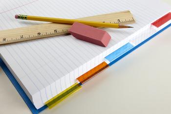 ルーズリーフバインダーの容量は、リングの内径によって変わります。リングの内径が小さいものは、入る枚数は少ないですが、バインダー自体も薄くなりますので、重量が