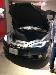 テスラ の青山ショール\u2015ムで展示されている高級セダン型EV「モデルS」。エンジンルームにはエンジンの代わりに巨大なバッテリーが搭載されている。(撮影:筆者)
