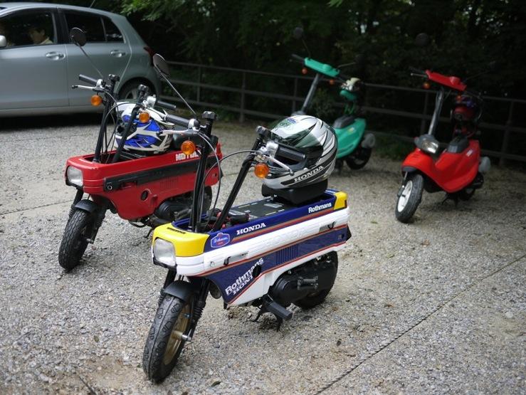 手前2台がモトコンポ。赤い車体がノーマルです。(出典:http://www.honda.co.jp/)