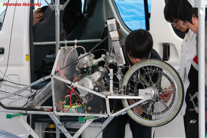整備の様子。ホンダのカブ系横置きエンジンが縦にマウントされています(出典:http://www.honda.co.jp/)