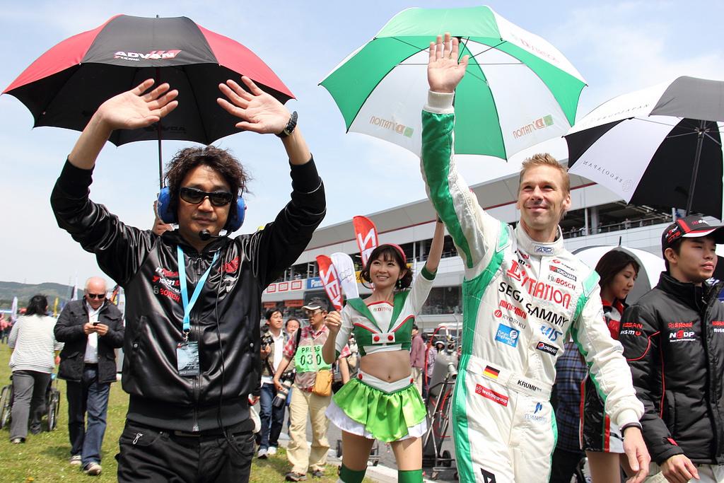 決勝前はドライバー、監督らも日産応援団のもとへ行き挨拶(Photo by Tomohiro Yoshita)