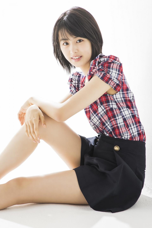 赤いチェックシャツに短パンの竹内愛紗